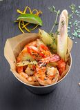 Un seau de frit dans la crevette d'?pices photo libre de droits
