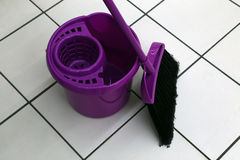 Un seau et une brosse pour nettoyer les lieux Images libres de droits