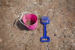 Un secchiello e paletta su una spiaggia sabbiosa immagine stock libera da diritti