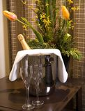 Un secchio di champagne e di vetri Immagine Stock Libera da Diritti