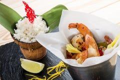 Un secchio di gamberetto nello stile asiatico con riso su latte di cocco fotografia stock libera da diritti
