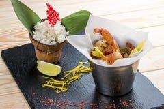 Un secchio di gamberetto nello stile asiatico con riso su latte di cocco fotografia stock