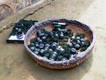 Un secchio di piccole tazze della giada Immagine Stock