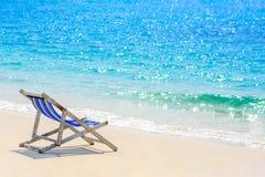 Un sedile sulla spiaggia con il mare blu Fotografie Stock Libere da Diritti