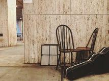 Un sedile, una foto e un'aria nella via!! immagini stock libere da diritti