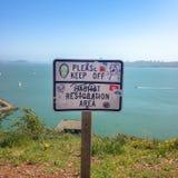 Un segnale di pericolo sull'area di ripristino dell'habitat della spiaggia di California immagini stock libere da diritti