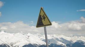 Un segnale di pericolo di una caduta possibile dalla montagna archivi video