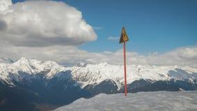 Un segnale di pericolo di una caduta possibile dalla montagna video d archivio
