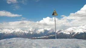 Un segnale di pericolo di una caduta possibile dalla montagna stock footage