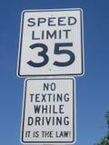 Un segnale stradale che mostra un'istruzione che non dichiara mandare un sms mentre guidando fotografie stock