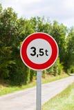 Un segnale stradale di 3,5 tonnellate pesa la restrizione immagini stock libere da diritti