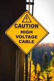 Un segno ad alta tensione del cavo di cautela gialla Fotografia Stock Libera da Diritti