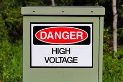 Un segno ad alta tensione del pericolo su una scatola elettrica Fotografia Stock