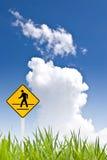 Un segno ambulante dell'uomo con il cielo piacevole Fotografie Stock