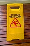 Un segno, ammonisce il pavimento bagnato immagine stock