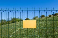 Un segno in bianco su una riserva pericolosa della foresta o di zona Fotografia Stock Libera da Diritti