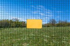 Un segno in bianco su una riserva pericolosa della foresta o di zona Fotografie Stock Libere da Diritti