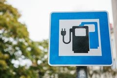 Un segno che indica un posto speciale per i veicoli elettrici di carico Un modo di trasporto moderno ed ecologico Immagini Stock Libere da Diritti