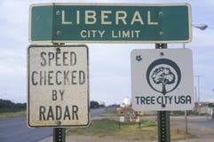Un segno che legge il ½ liberale del ¿ di Limitï della città del ½ del ¿ del ï Fotografia Stock Libera da Diritti