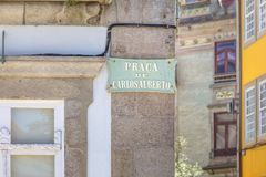 Un segno con l'iscrizione Praca De Carlos Alberto Oporto, Portogallo fotografia stock libera da diritti