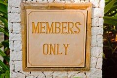 Un segno dei membri soltanto ad una località di soggiorno immagine stock libera da diritti