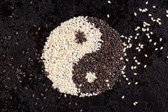 Un segno dell'yin yang dai semi di sesamo in bianco e nero fotografia stock libera da diritti