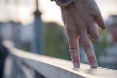Un segno della mano dell'uomo sul fondo vago della città Due dita sulla superficie come la gamba della gente Fotografie Stock Libere da Diritti