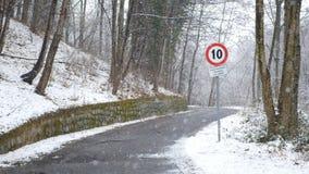 Un segno di dieci chilometri di limite sotto la neve video d archivio