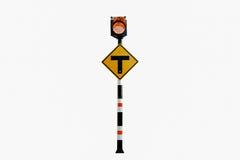 Un segno di 3 intersezioni, segnali stradali alimentati solari, segnali stradali Immagini Stock