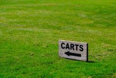 Un segno di legno dei carretti con la freccia su terra fotografie stock libere da diritti