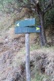 Un segno di legno di due direzioni Fotografie Stock Libere da Diritti