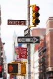 Un segno di un modo e un semaforo in Ney York City, NYC fotografie stock libere da diritti