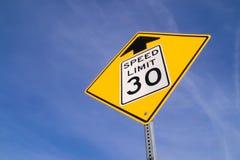 un segno di 30 mph avanti Immagini Stock Libere da Diritti
