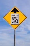 un segno di 30 mph avanti Fotografia Stock Libera da Diritti