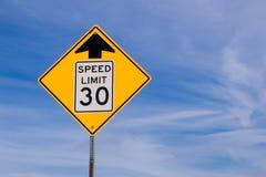 un segno di 30 mph avanti Fotografie Stock Libere da Diritti