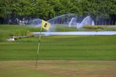 Un segno di spunta sui segni di campo da golf un altro foro fotografia stock