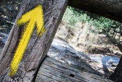 Un segno giallo della montagna fotografia stock
