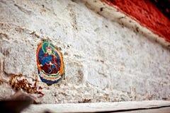 Un segno sulla parete del tempio del Tibet Immagini Stock