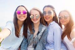 Un selfie de plan rapproché des groupes d'étudiantes en nature image libre de droits