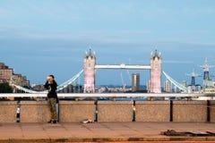 un selfie sul ponte di Londra Immagini Stock