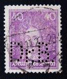 Un sello impreso en el Reich alemán muestra Gottfried Wilhelm von Leibniz, gran pensador, el matemático, y al filósofo, circa 192 Imagenes de archivo