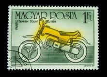 Un sello impreso en Hungría muestra una imagen de una motocicleta amarilla cm3 1984 del esprinter 50 de Fantic Imagen de archivo libre de regalías