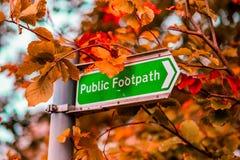 Un sendero público firma en el Reino Unido contra árbol en Autum fotos de archivo libres de regalías