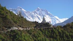 Un sentier de randonnée au camp de base d'Everest banque de vidéos