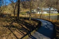 Un sentiero costiero accessibile di handicap ai picchi della lontra fotografie stock