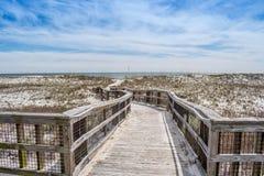 Un sentiero costiero molto lungo circondato dagli arbusti nel parco di stato chiave di Perdido, Florida immagini stock libere da diritti