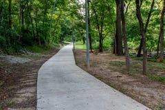 Un sentiero didattico boscoso tranquillo di estate o della primavera o scena all'aperto Immagine Stock