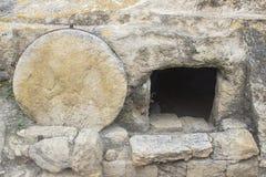 Un sepolcro spaccato roccia tipica sulla strada al megiddo in Israele immagine stock libera da diritti