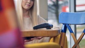 Un serveur cherche un terminal de NFC et part d'un reçu de papier clips vidéos