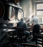 Un serveur servant à un client à la table dans une taverne espagnole de Madrid l'espagne image libre de droits
